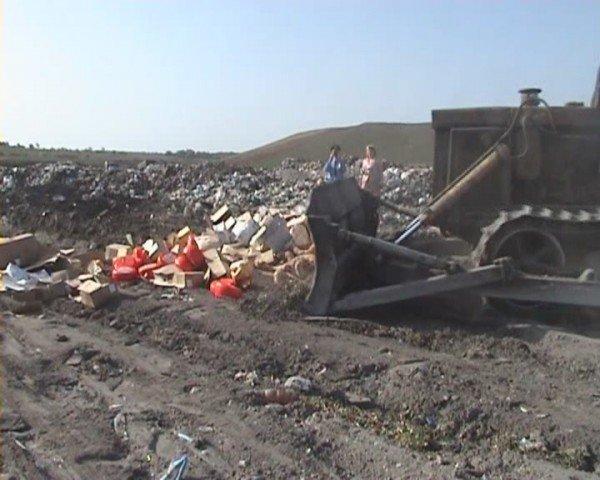 В Луганске «захоронили» две тонны молочных продуктов и 126 килограммов вареной колбасы (ФОТО), фото-1
