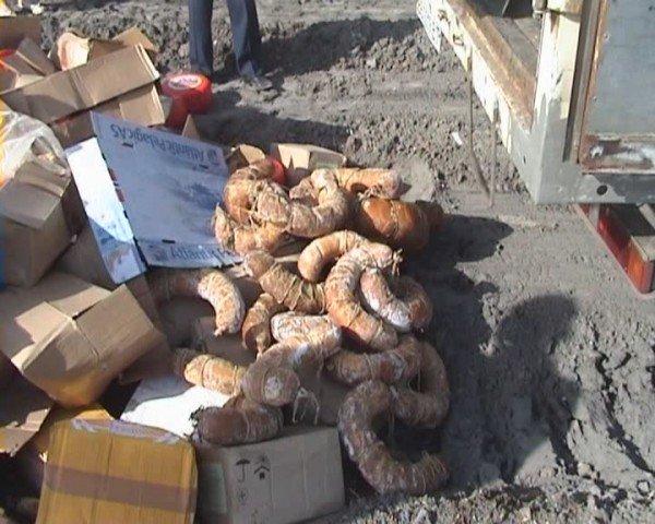 В Луганске «захоронили» две тонны молочных продуктов и 126 килограммов вареной колбасы (ФОТО), фото-3