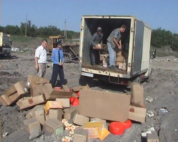 В Луганске «захоронили» две тонны молочных продуктов и 126 килограммов вареной колбасы (ФОТО), фото-5