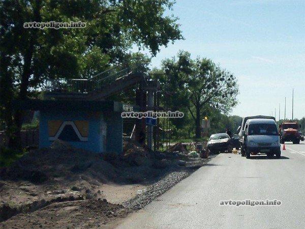 На Житомирской трассе Ауди врезался в ГАЗель и дорожных рабочих – пострадали два человека (ФОТО), фото-1