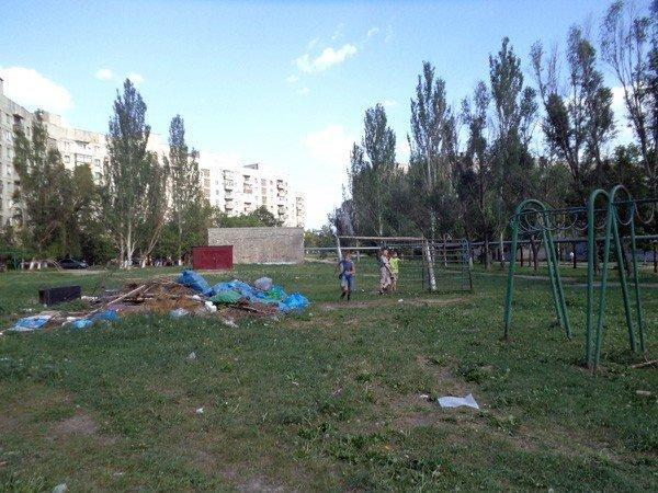 Жители 5-го квартала жалуются на мусор во дворах, забитые канализации и своры бездомных собак, фото-2