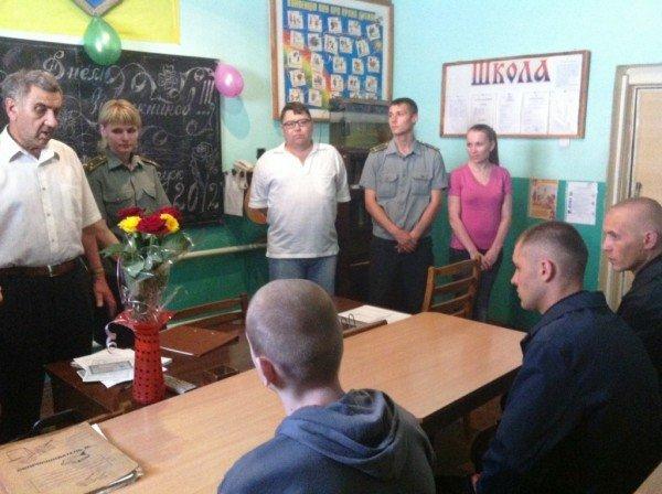 Школа за решеткой: четыре заключенных Артемовского СИЗО получили аттестаты о среднем образовании, фото-1