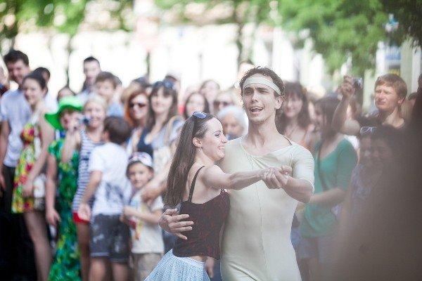 Уличный театр в Кривом Роге сопровождали погодные спецэффекты (ФОТО), фото-1