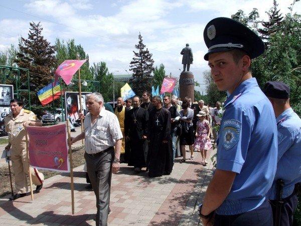 На митинге в Донецке противники гомосексуализма предложили провести гей-парад в Киеве в день ВДВ, «чтобы весело было» (фото), фото-1