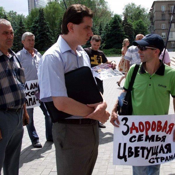 На митинге в Донецке противники гомосексуализма предложили провести гей-парад в Киеве в день ВДВ, «чтобы весело было» (фото), фото-9