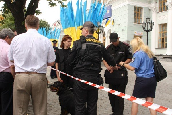 Донецкий железнодорожный вокзал оцепила милиция, проверяя информацию о заминировании  (фото), фото-1