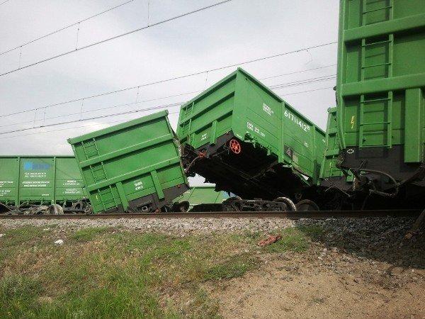 В Крыму грузовой поезд сошел с рельсов (фото), фото-1