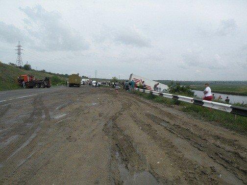 Под Николаевом грузовик протаранил дорожное ограждение и чуть не съехал в Ингул (ФОТО), фото-1