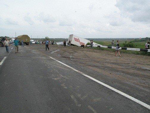Под Николаевом грузовик протаранил дорожное ограждение и чуть не съехал в Ингул (ФОТО), фото-2