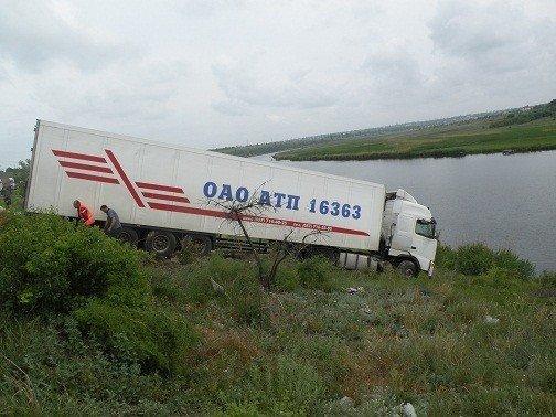 Под Николаевом грузовик протаранил дорожное ограждение и чуть не съехал в Ингул (ФОТО), фото-3