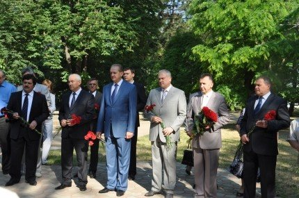 Возлагать цветы к мемориалам жертвам депортаций Могилев и Агеев отправили своих замов (фото), фото-1