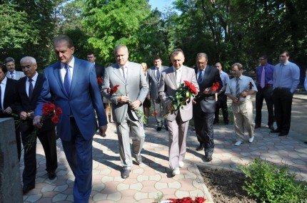 Возлагать цветы к мемориалам жертвам депортаций Могилев и Агеев отправили своих замов (фото), фото-2