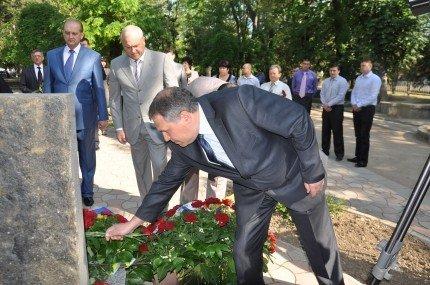 Возлагать цветы к мемориалам жертвам депортаций Могилев и Агеев отправили своих замов (фото), фото-3