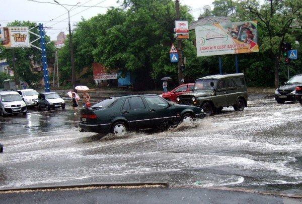 Как небольшой дождь превратил улицу в центре Донецка в реку (фото), фото-4