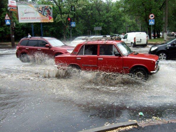 Как небольшой дождь превратил улицу в центре Донецка в реку (фото), фото-1