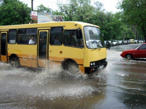 Как небольшой дождь превратил улицу в центре Донецка в реку (фото), фото-2