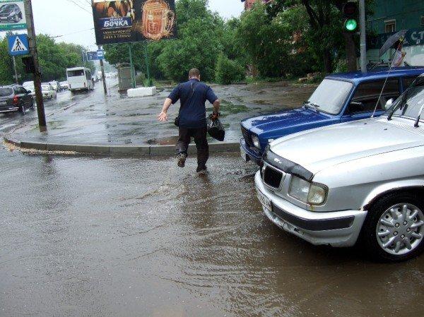 Как небольшой дождь превратил улицу в центре Донецка в реку (фото), фото-3