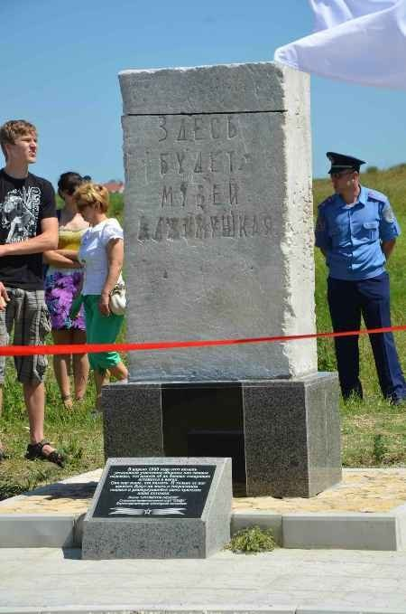В Керчи москвичи и крымчане сражались с немцами, а товарищ Сухов открыл мемориал (фото), фото-1