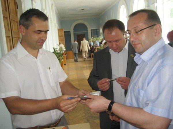 Ялтинским депутатам подарили электронные сигареты (фото), фото-1