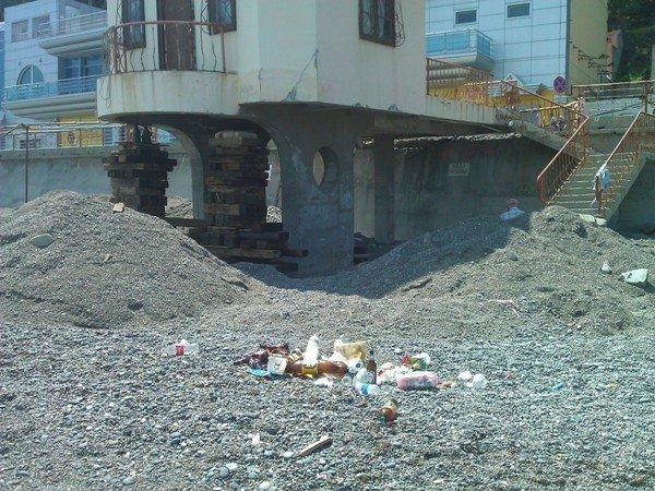 Фотофакт: В Алуште люди загорают рядом с подъемными кранами и рухнувшими домами, фото-2