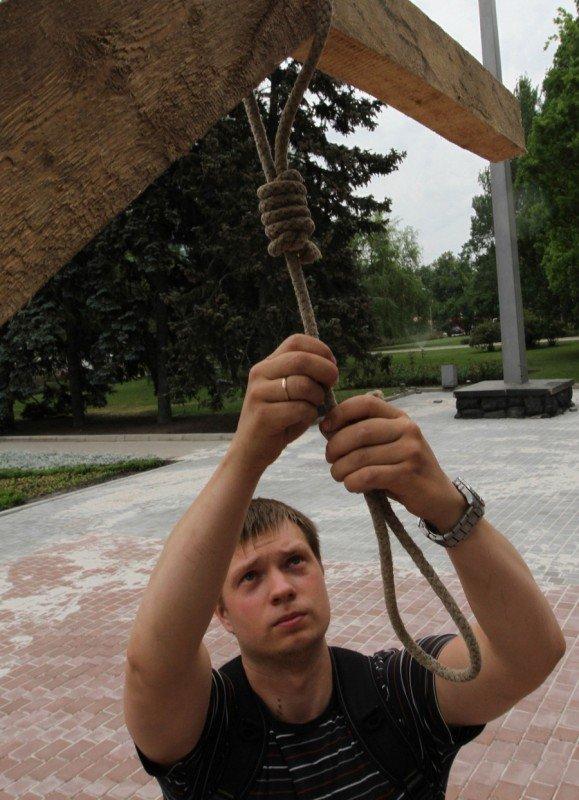 В Донецке перед зданием горсовета «повесили» чиновника-коррупционера (фото), фото-1