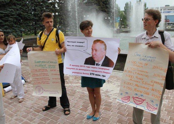 В Донецке перед зданием горсовета «повесили» чиновника-коррупционера (фото), фото-3