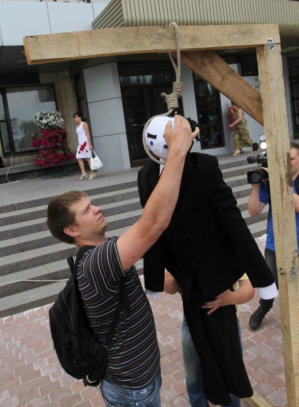 В Донецке перед зданием горсовета «повесили» чиновника-коррупционера (фото), фото-4