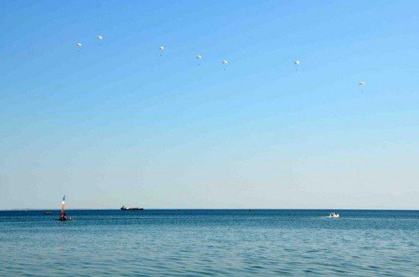 В небе над крымским поселком развернут флаги Украины и АРК (фото), фото-1