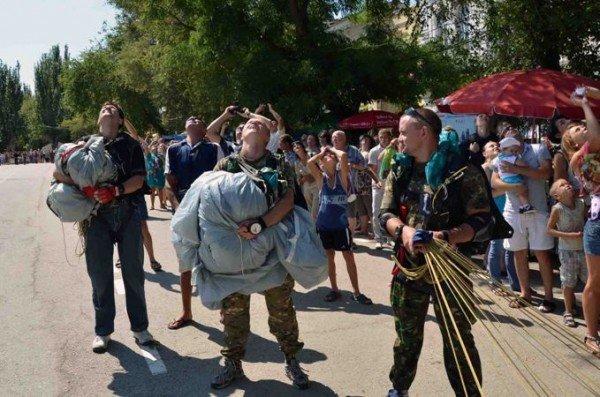 В небе над крымским поселком развернут флаги Украины и АРК (фото), фото-3