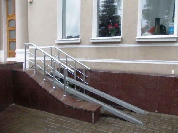 Инвалиды Артемовска не могут попасть в центральное ДК. Проектировщик считает, что пандус изуродует здание, фото-1