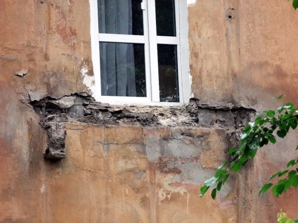 В центре Донецка обвалился балкон, на котором находились люди (фото), фото-1