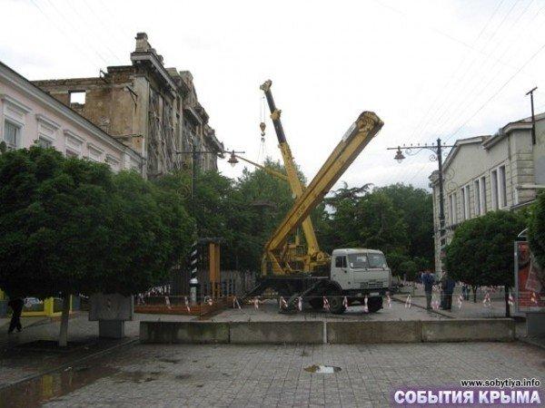 В Симферополе начали демонтаж «стены плача» (фото), фото-1