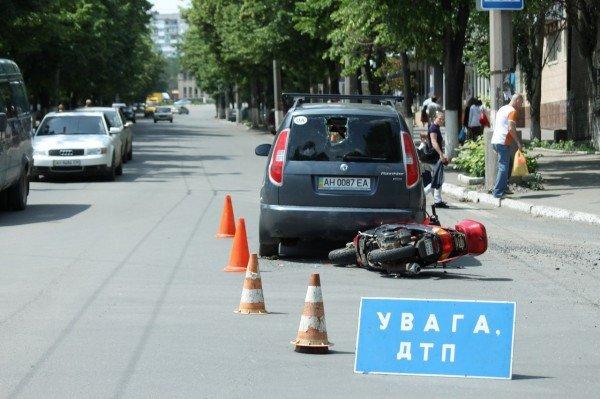 ДТП в Артемовске: скутеристка пробила головой заднее стекло «Шкоды» (ФОТО), фото-1