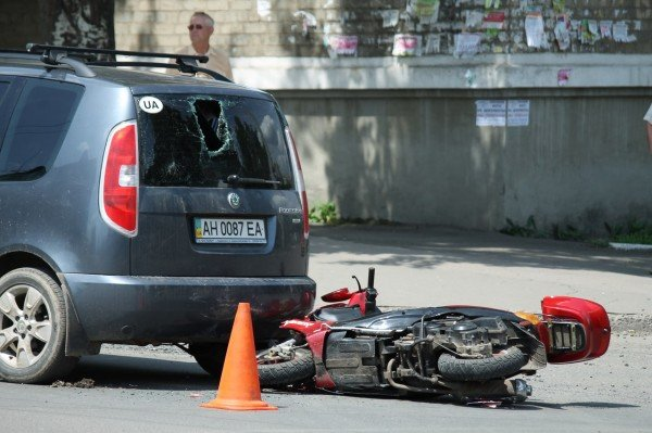 ДТП в Артемовске: скутеристка пробила головой заднее стекло «Шкоды» (ФОТО), фото-2