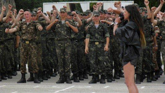 В Крыму Руслана учила военных петь и танцевать (фото), фото-4