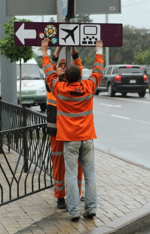 В Донецке появились указатели с логотипом Евро-2012 (фото), фото-1