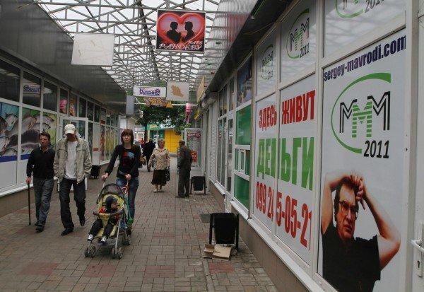 Под зонтиком чудесным с Ляшко митинговать прелестно — скандальный нардеп приехал в Донецк спасать бизнес от «произвола власти» (видео), фото-7