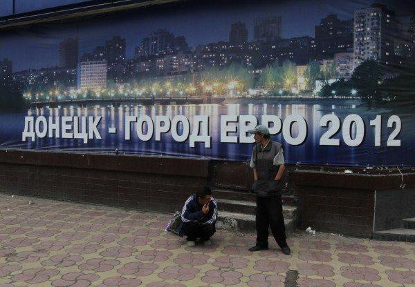 Под зонтиком чудесным с Ляшко митинговать прелестно — скандальный нардеп приехал в Донецк спасать бизнес от «произвола власти» (видео), фото-4
