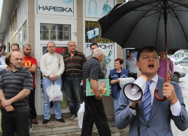 Под зонтиком чудесным с Ляшко митинговать прелестно — скандальный нардеп приехал в Донецк спасать бизнес от «произвола власти» (видео), фото-3