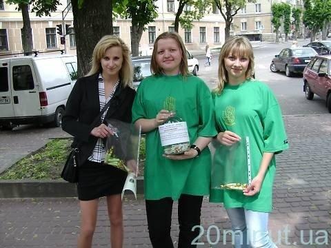 Молодь пропонувала тернополянам вкинути у банку цигарку, отримавши натомість цукерку (фото), фото-3