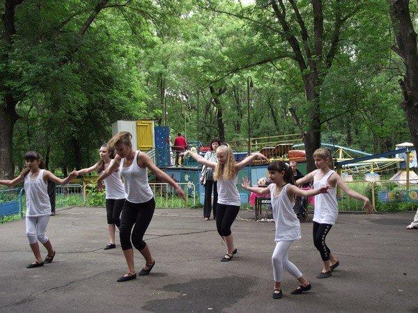 В парке им. Горького дети увидели «Радужное лето» и получили мастер-класс по оригами, фото-2
