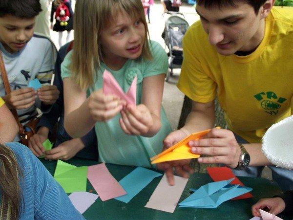В парке им. Горького дети увидели «Радужное лето» и получили мастер-класс по оригами, фото-3