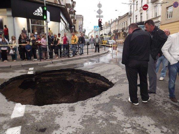 Велике провалля утворилося сьогодні на центральній дорозі Тернополя (ФОТО), фото-3
