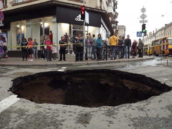 Велике провалля утворилося сьогодні на центральній дорозі Тернополя (ФОТО), фото-1