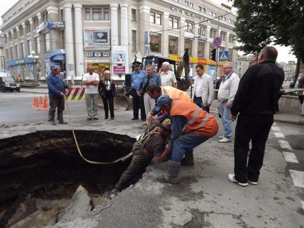 Велике провалля утворилося сьогодні на центральній дорозі Тернополя (ФОТО), фото-7