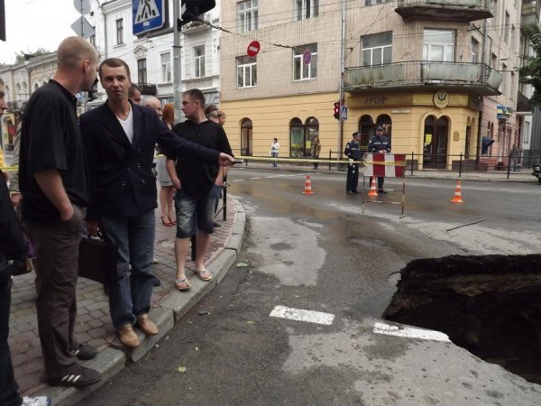 Велике провалля утворилося сьогодні на центральній дорозі Тернополя (ФОТО), фото-11