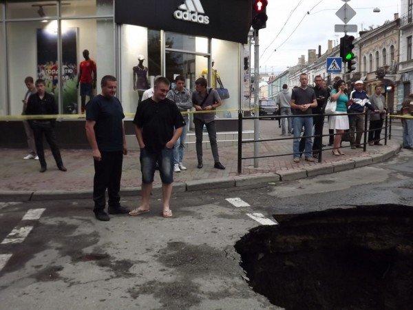 Велике провалля утворилося сьогодні на центральній дорозі Тернополя (ФОТО), фото-8