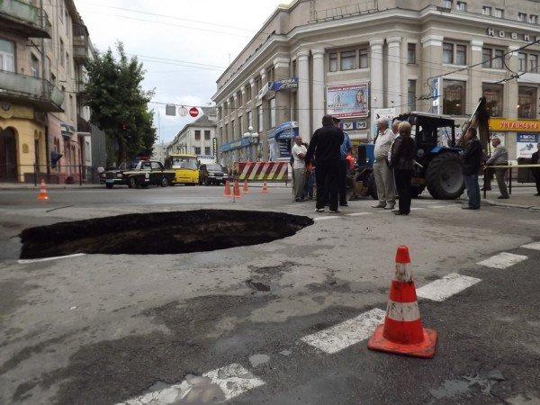 Велике провалля утворилося сьогодні на центральній дорозі Тернополя (ФОТО), фото-9