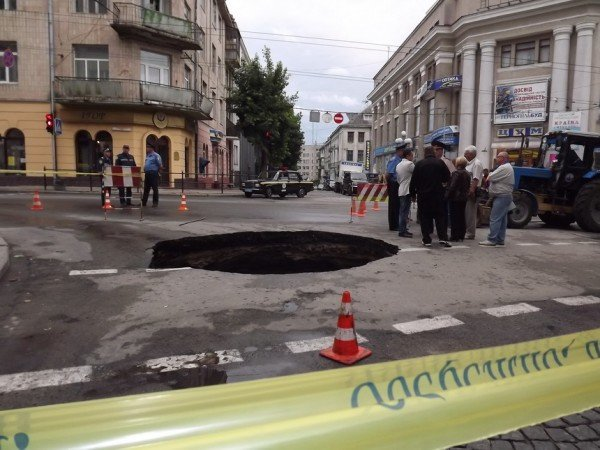 Велике провалля утворилося сьогодні на центральній дорозі Тернополя (ФОТО), фото-6