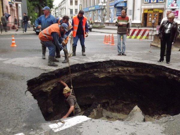 Велике провалля утворилося сьогодні на центральній дорозі Тернополя (ФОТО), фото-4